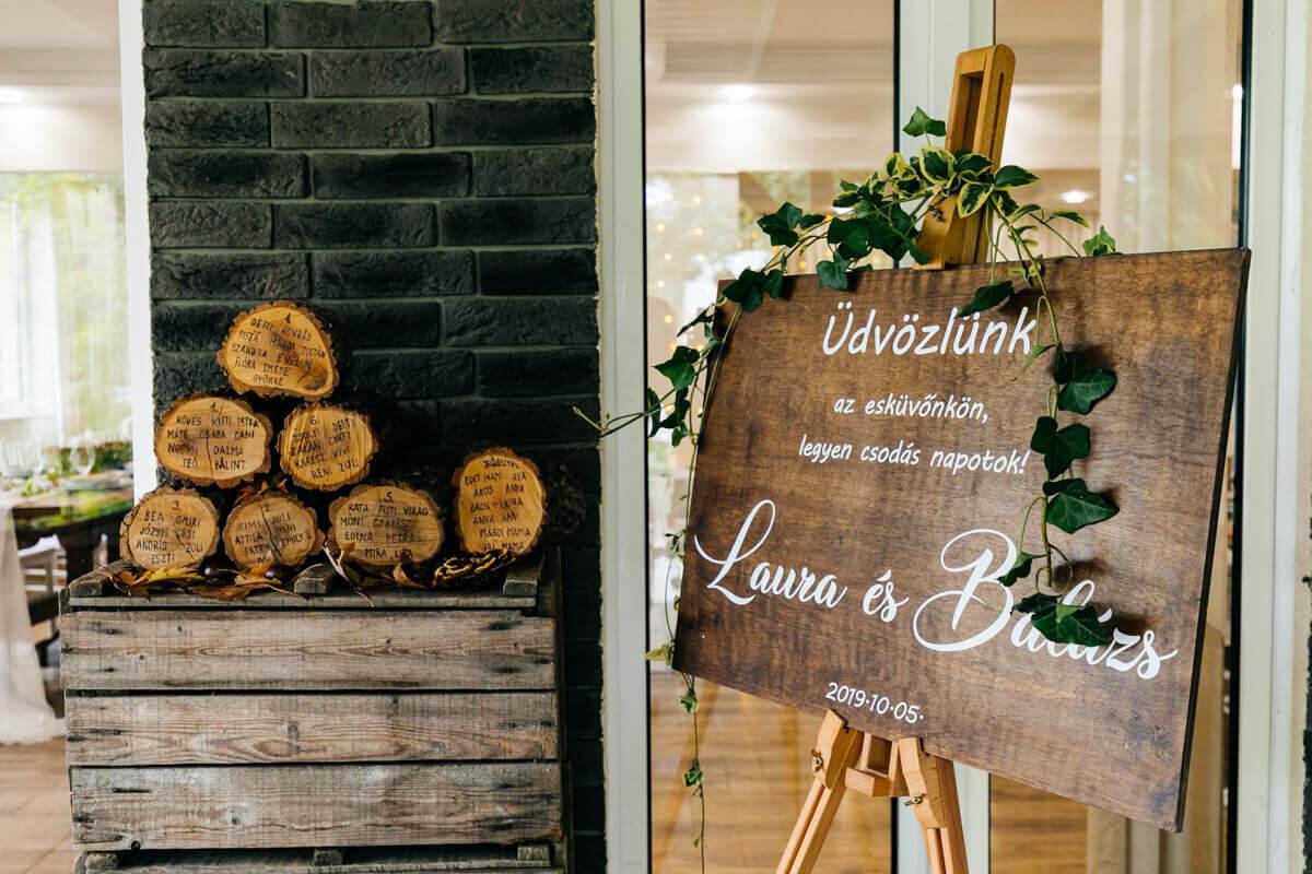 Esküvő fotózás során készült kép Laura és Balázs üdvözlő táblájáról.