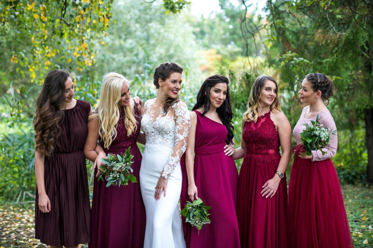 Esküvő fotózás során készült kép Lauráról és a koszorúslányokról.