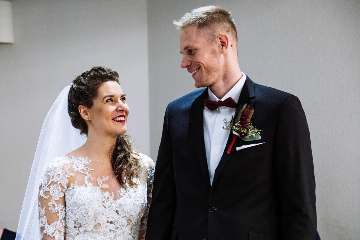 Esküvő fotózás során készült kép. Laura és Balázs egymásra néz.
