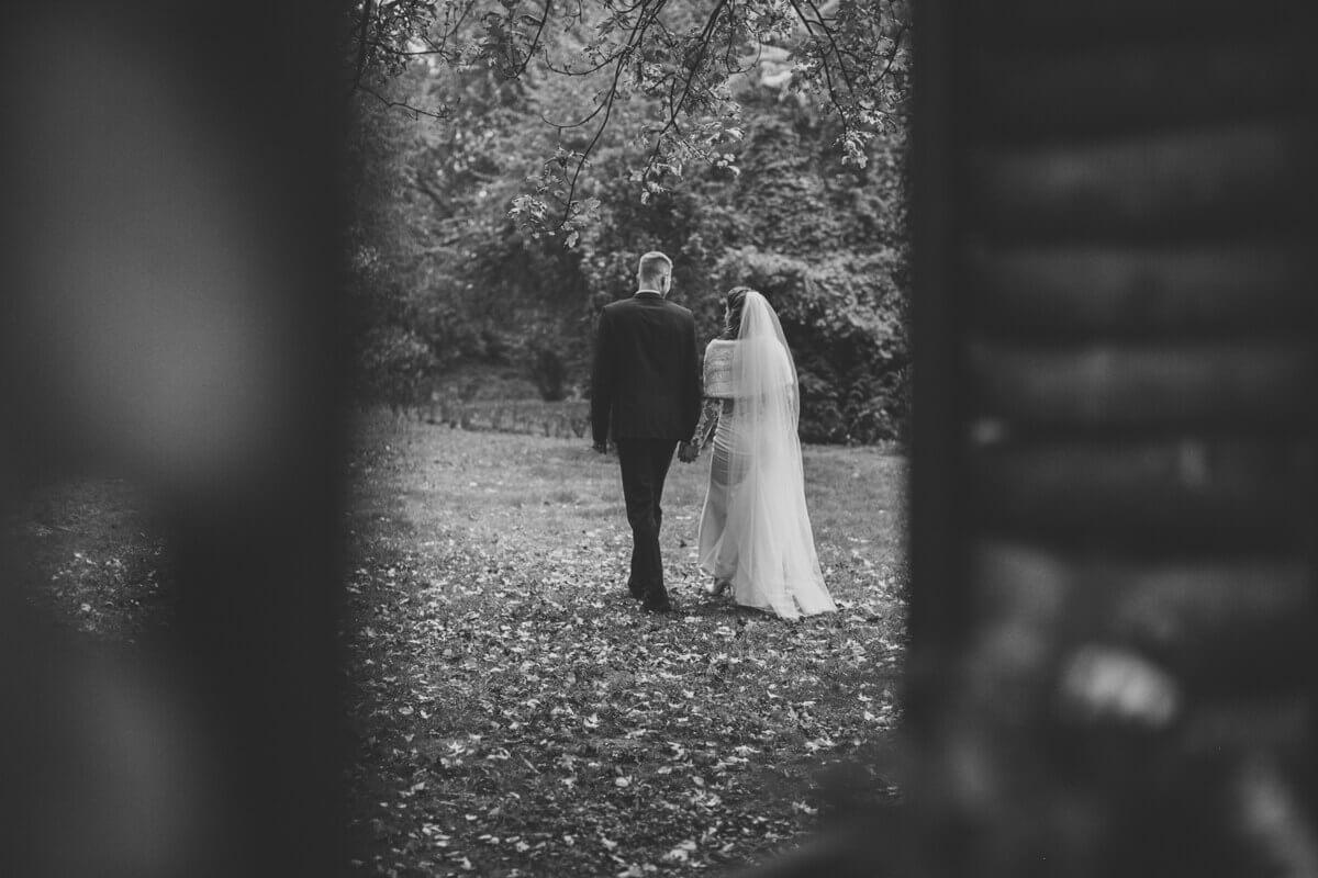 Esküvő fotózás során készült kép Lauráról és Balázsról sétálás közben.