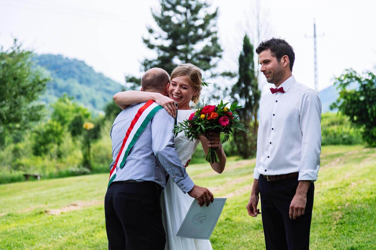 Esküvő fotózás során készült fotó Kingáról, Laciról és a szertartás vezetőről.