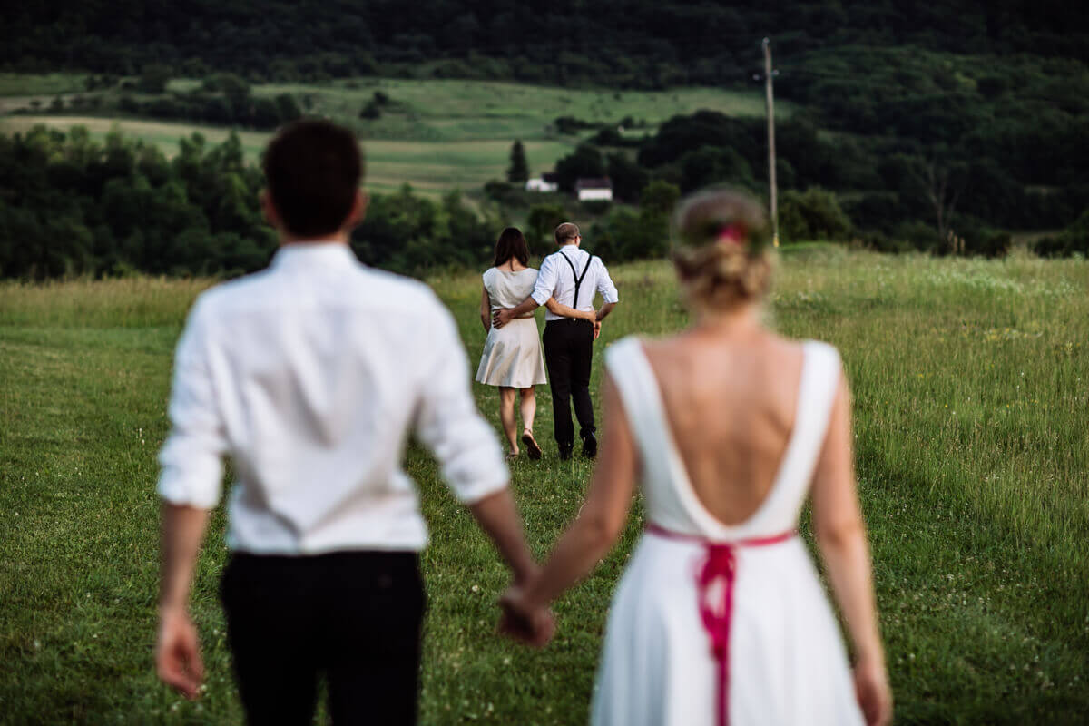 Esküvő fotózás során készült fotó Kingáról, Laciról és a tanúkról sétálás közben.