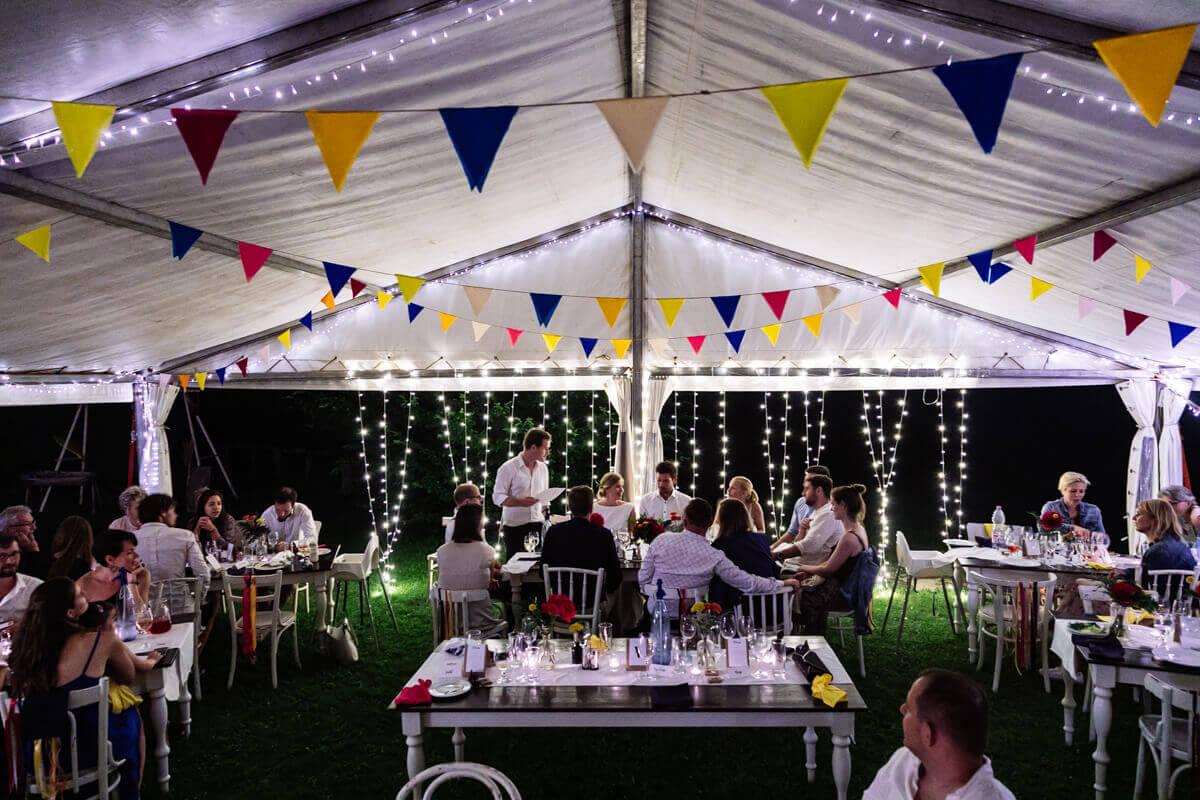 Esküvő fotózás során készült fotó Kinga és Laci a sátorban a vendégekkel.