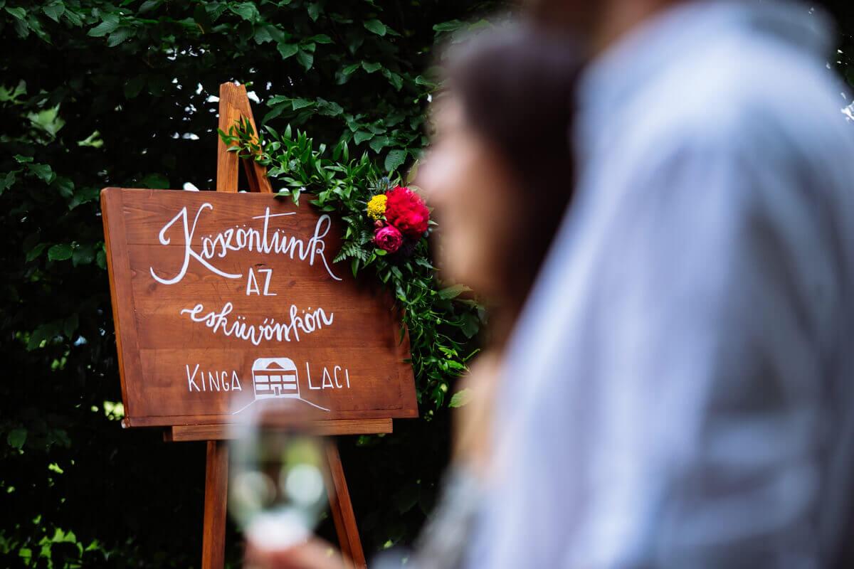 Esküvő fotózás során készült fotó Kinga és Laci köszöntő táblájáról.