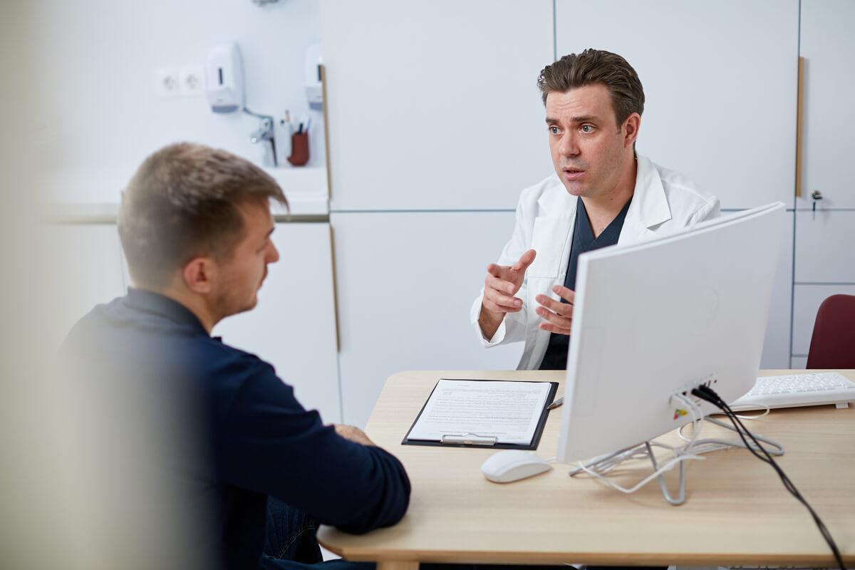 Céges image fotózás során készített kép egy orvosról és pácienséről.