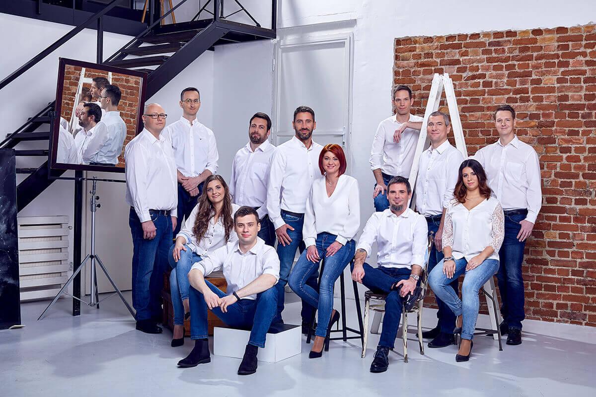 A Reklámeszköz csapata a csoportkép fotózás közben.