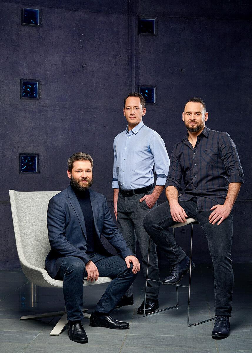 Az EMG Group fejlesztő csapata csoportkép fotózás közben.