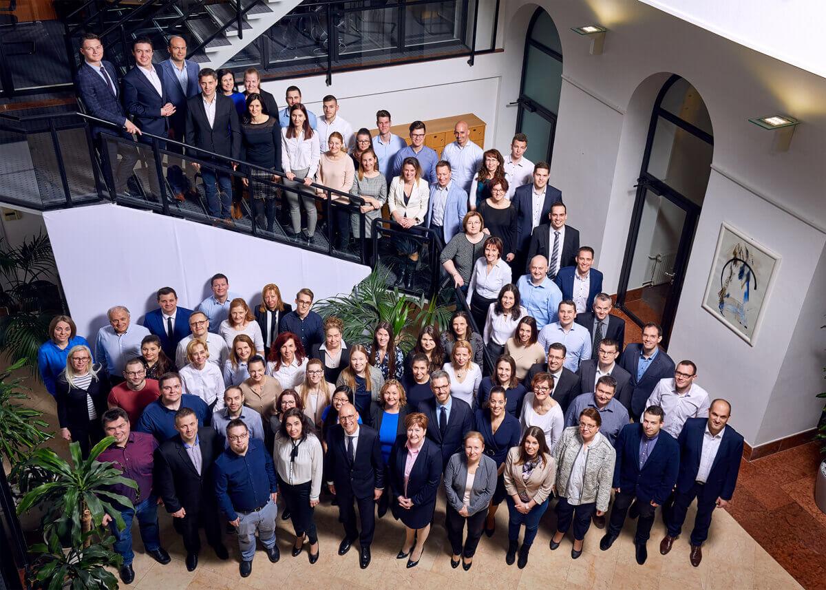 A Commerzbank csapata csoportkép fotózás közben.