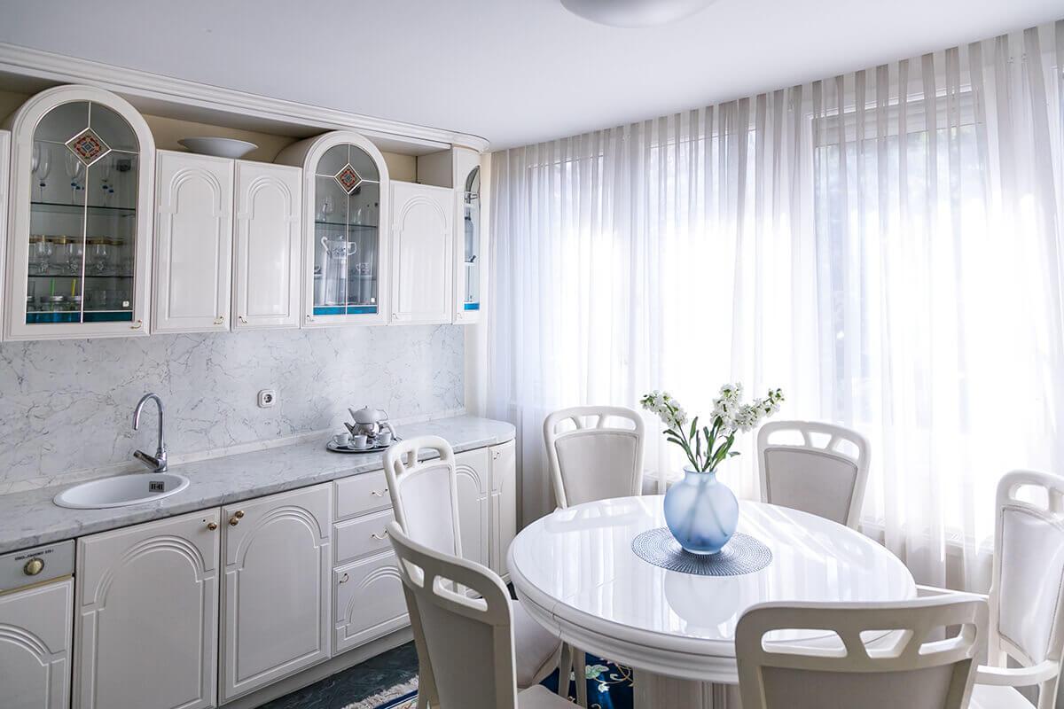 Enteriőr fotózás, lakásfotózás során készített fotó a konyháról.