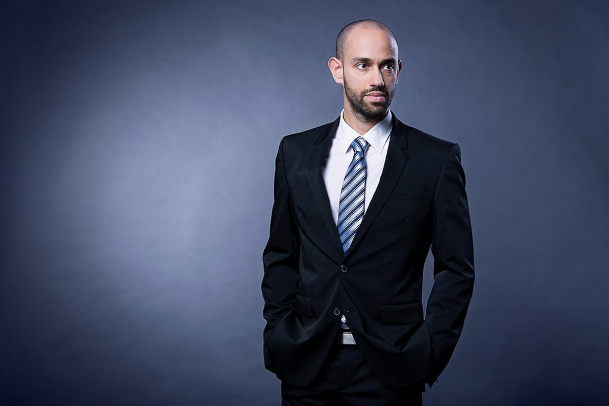 Üzleti portréfotózás során készített kép Varga Balázsról.