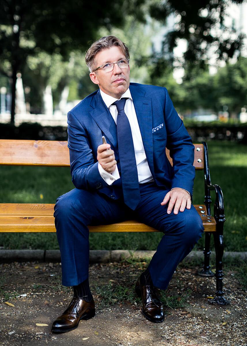 Üzleti portréfotózás során készített kép Békés Balázsról.