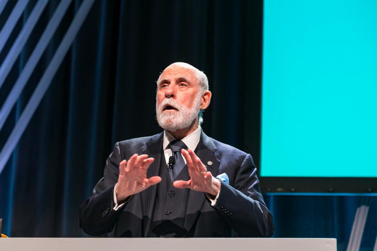 Rendezvényfotózás során készített konferencia fotó egy előadóról.