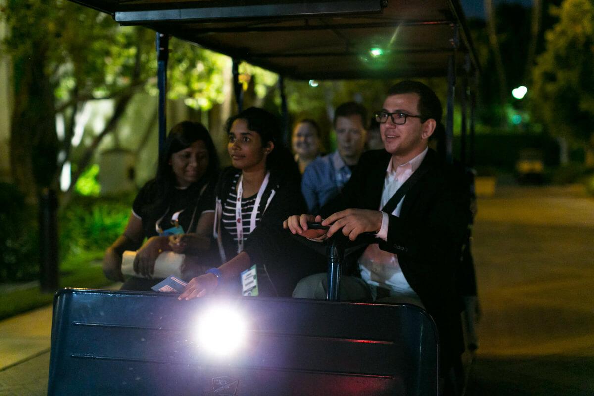 Rendezvényfotózás során készített konferencia fotó négy vendégről golf kocsizás közben.