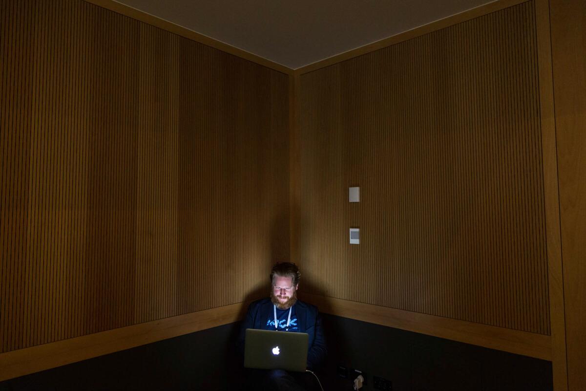 Rendezvényfotózás során készült kép egy résztvevőről, aki számítógépezik.