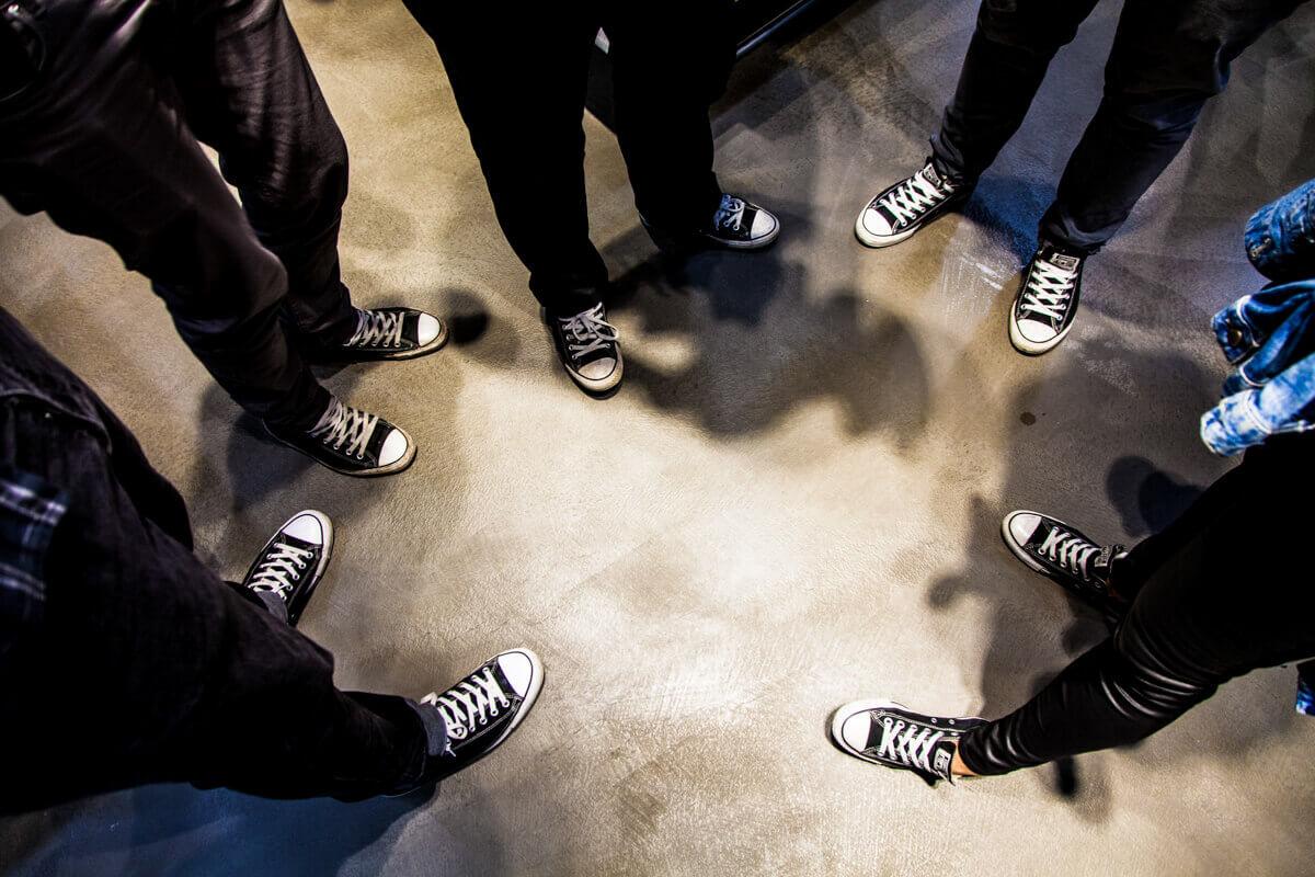 Rendezvényfotózás során készített fotó a résztvevők cipőiről.