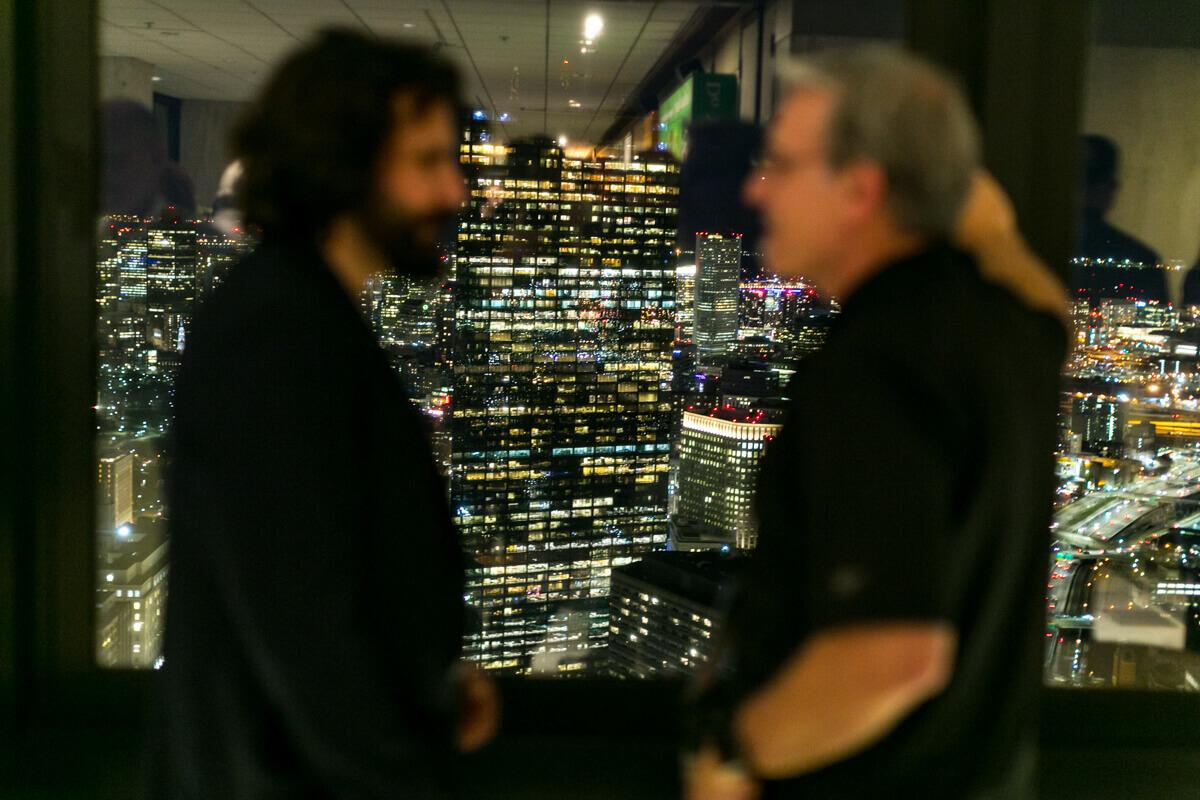 Rendezvényfotózás során készített fotó egy konferenciáról, amikor két ember beszélget.
