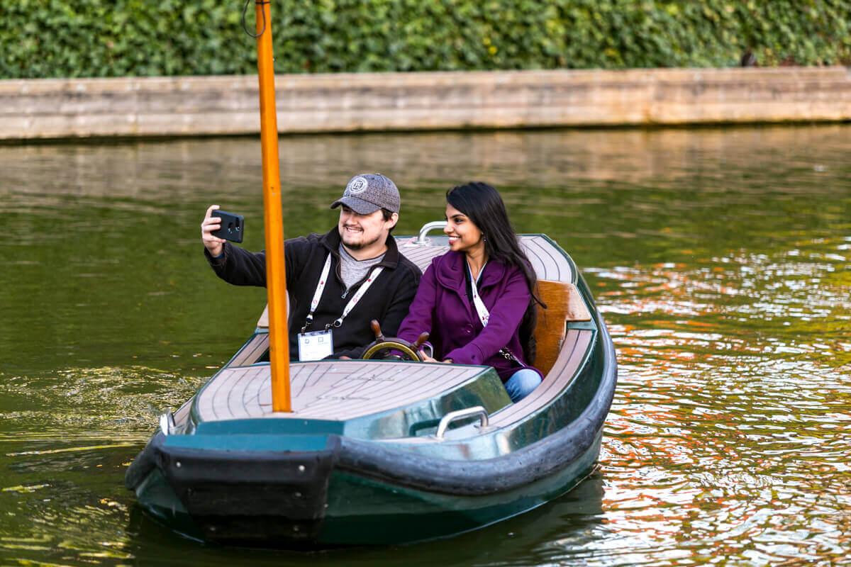 Rendezvényfotózás során készített fotó két vendégről, akik a ülnek egy csónakban.