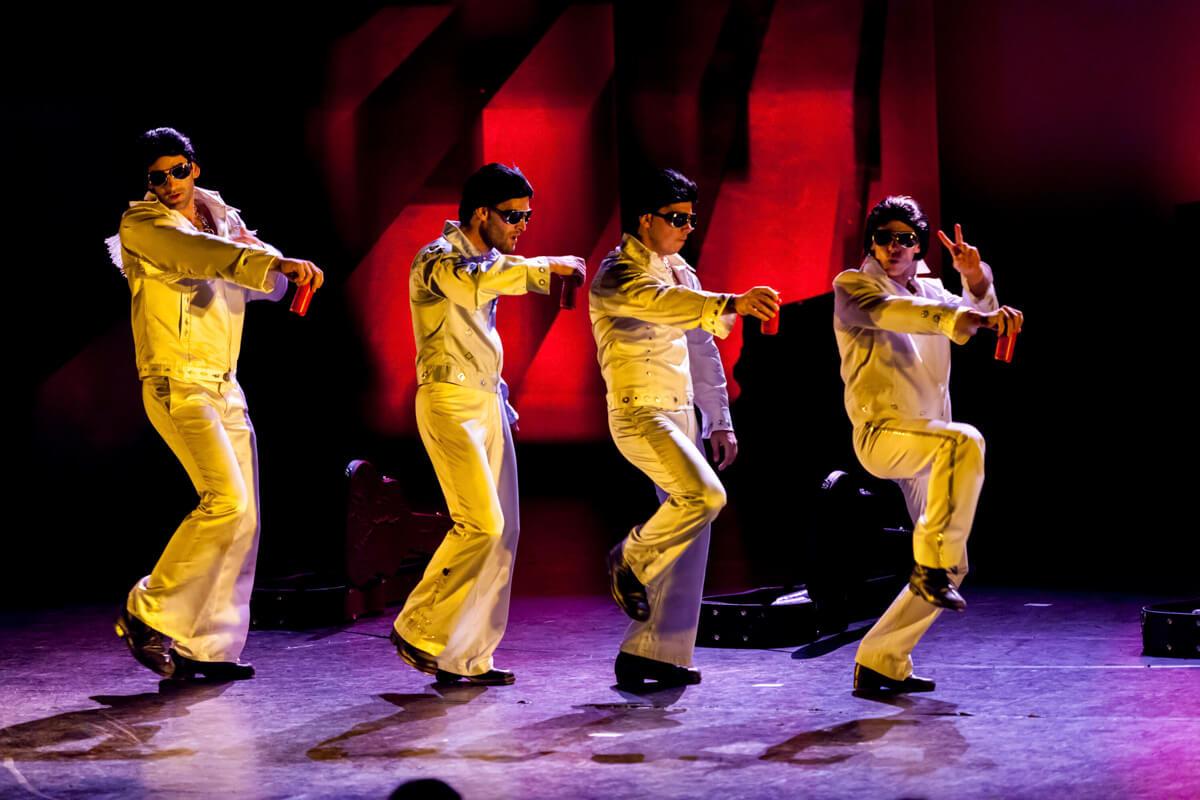 Rendezvényfotózás során készült kép négy táncoló férfiról.