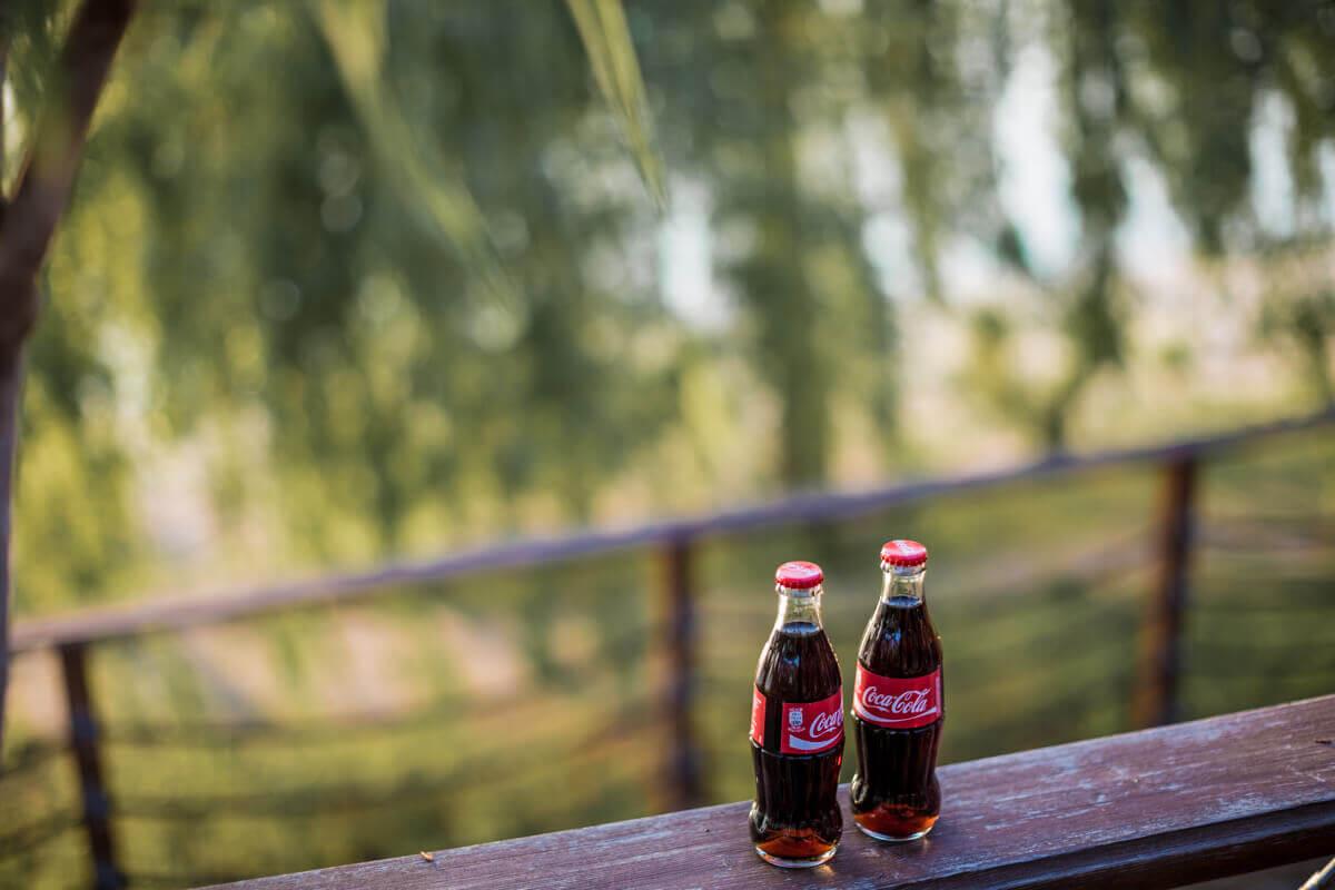 Reklámfotózás során készített reklámfotó két Coca-Cola üvegről.