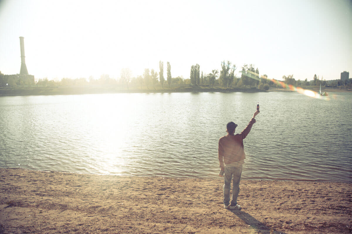 Reklámfotózás során készített Coca-Cola reklámfotó egy férfiről aki a Duna parton áll.