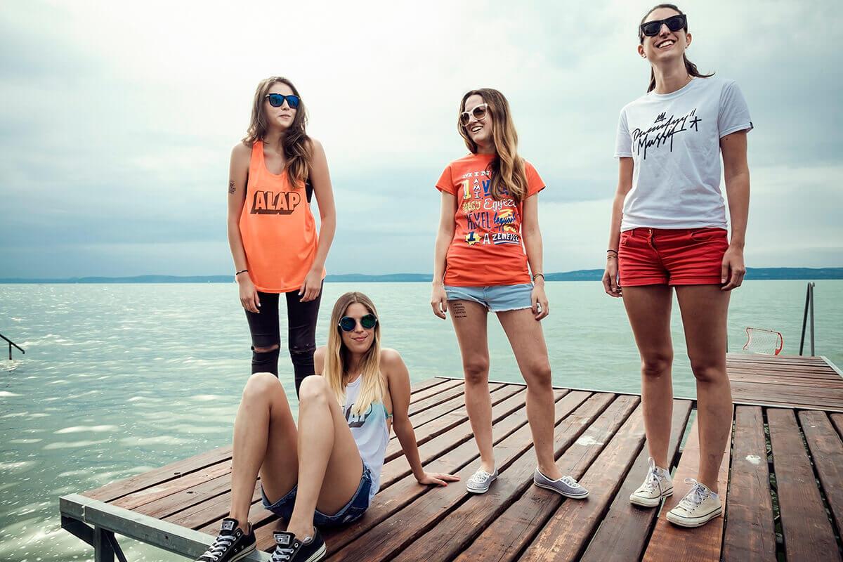 Reklámfotózás során készített image kép a Punnany Massif ruháiról.