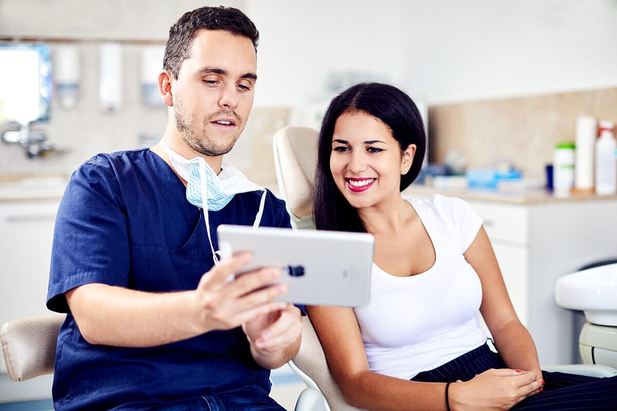 Reklámfotózás során készített image fotó egy fogorvosról és pácienséről.