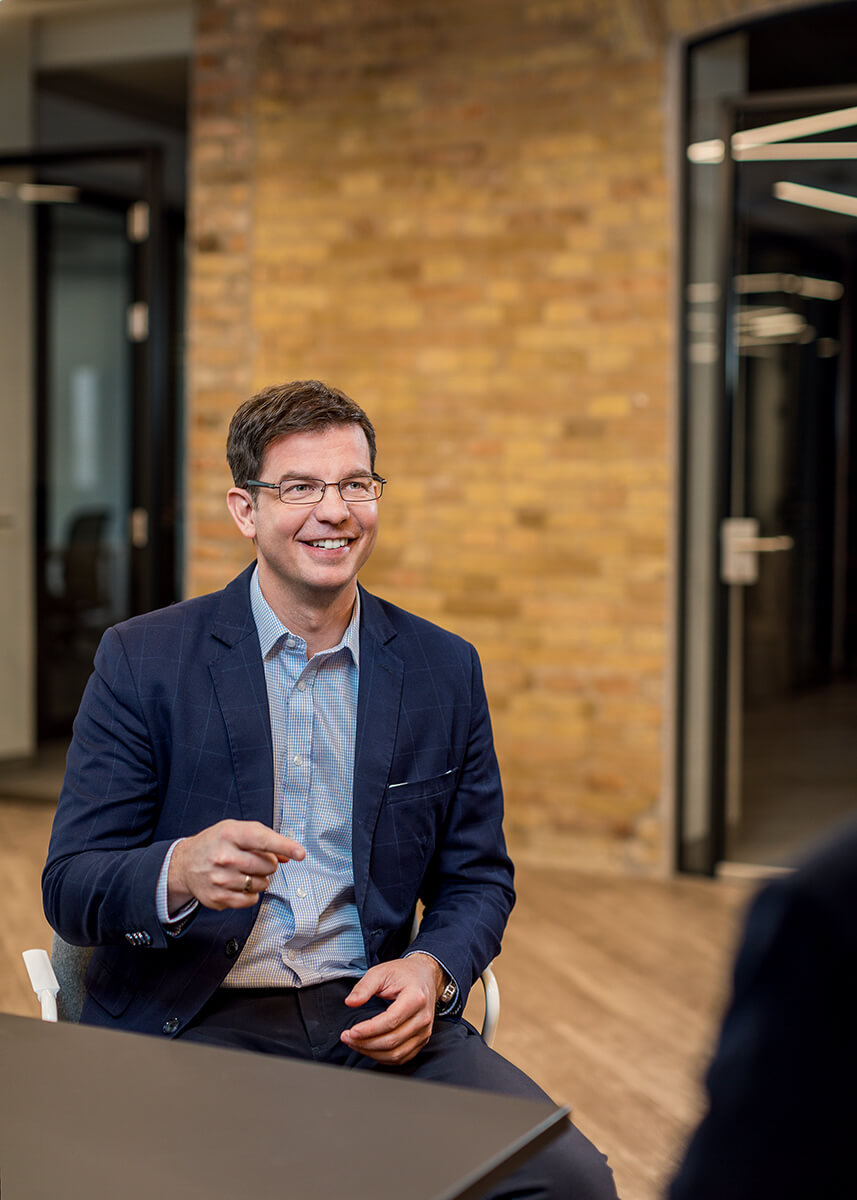 Üzleti portréfotózás során készített magazin fotó az MVM egyik vezetőjéről beszélgetés közben.