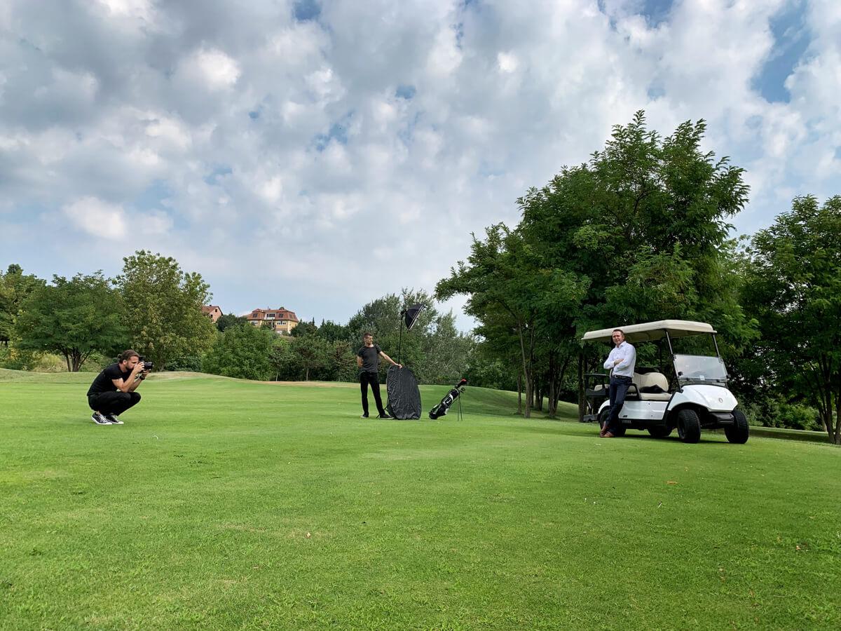 Üzleti portréfotózás során készített werk fotó egy golf pályán.