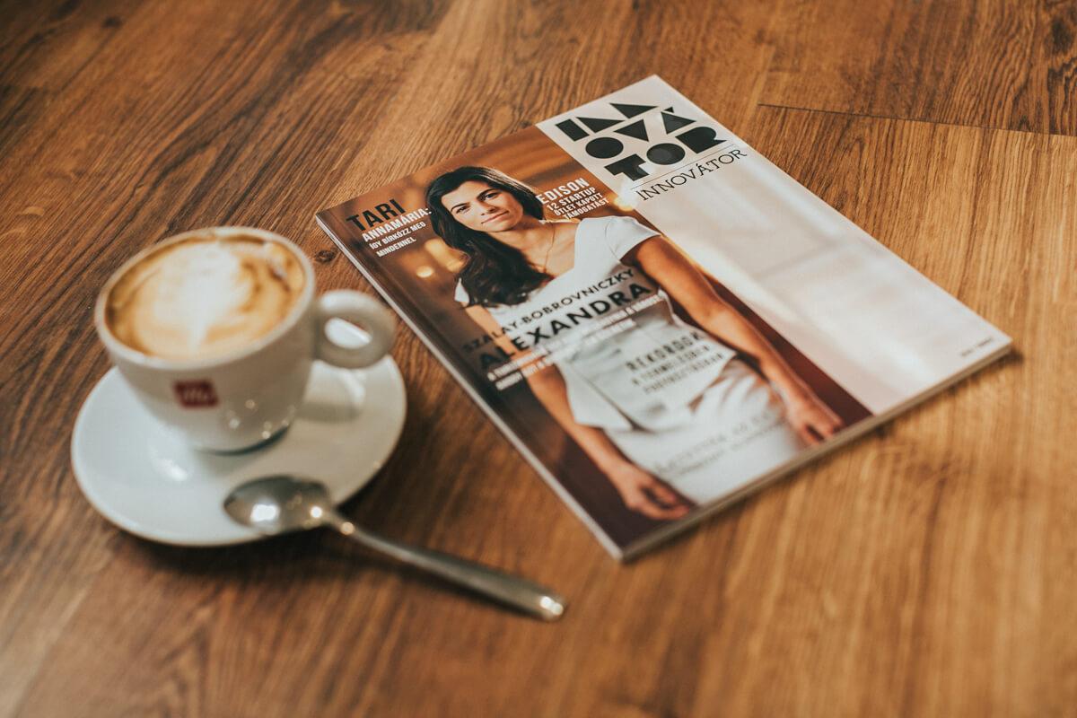 Üzleti portréfotózás során készített címlap fotó. Az asztalon egy magazin amin Szentkirályi Alexandra látható.