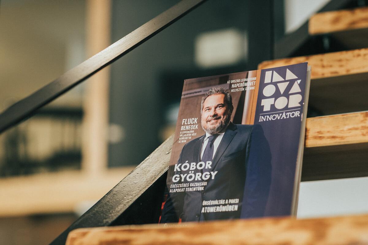 Üzleti portréfotózás során készített címlap fotó. Az asztalon egy magazin amin Kóbor György látható.