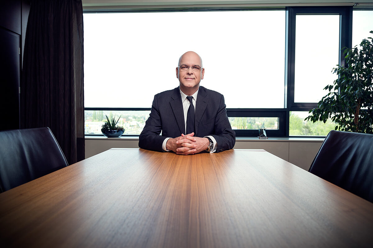 Üzleti portréfotózás során készített magazin fotó az MVM egyik vezetőjéről.