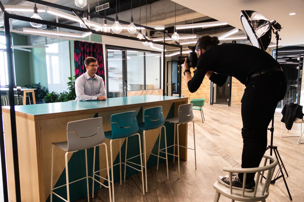 Üzleti portréfotózás során készített werkfotó egy Co-working irodában.